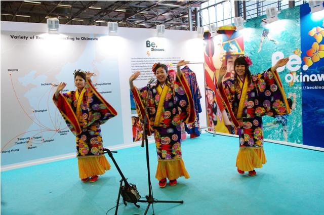 ↑沖縄コンベンションセンター様ブース沖縄ポップスユニット「サンサナー」の生歌ライブ模様